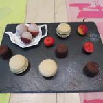ククセモワ - ピスタチオのマカロン、カヌレ型のチョコレートケーキ ライチ、アメリカンチェリー