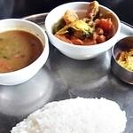 28936820 - ダール(スープ)、タルカリ(野菜のスパイス煮)、アチャール(漬物)、バート(ライス)