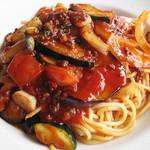 ワンパークカフェ - 夏野菜と挽肉のスパイシーチリパスタ。