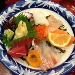 えび三郎 - 海鮮丼もボリューム満点、新鮮な魚介!