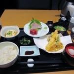 雑魚屋 - 料理写真:天婦羅と刺身が両方楽しめる雑魚屋膳は1000円です。