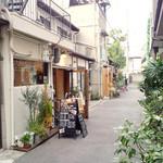 零 - サロンカフェ零(左側)。奥は済美公園