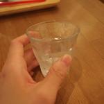 おやつカフェ 菓頬 - お水のコップが小さくて可愛い