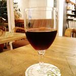 零 - グラスワイン。本日のカフェごはんとセットで+200円。
