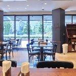 丸の内ワイン倶楽部 - 【'14/07/12撮影】店内のテーブル席の風景です