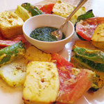 28959316 - ベジタブル・パニール・ティッカ;                       トマト,ピーマン,パニール(カッテージチーズ),タマネギなどをスパイスに漬け込んだ後タンドールで焼いたもの。