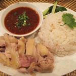 アイヤラー - 土日祝限定のカオマンガイ730円。海南鶏飯とも称される代表的な食堂メニュー。スープも付いてます。