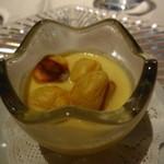 レストラン・セン - アミューズは玉蜀黍の冷製ポタージュ ジャガイモを焼いたクルトン風のものを浮かべて