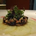 レストラン・セン - 蛸を南仏風に和えたサラダ 加賀太胡瓜の周りにしいて、ビーツのソースをあしらいます