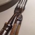 ワインバー&レストラン ブルディガラ - シャトーラギオールのナイフ いつ見てもミツバチがハエにしか見えません(笑)
