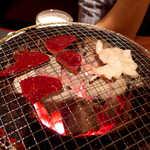 28963304 - ジンギスカン鍋ではなく、一般的な金網。炭火でじゅわっと焼き上げます