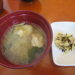 28967337 - 味噌汁と小皿(じゃがいもとひじきの和え物)