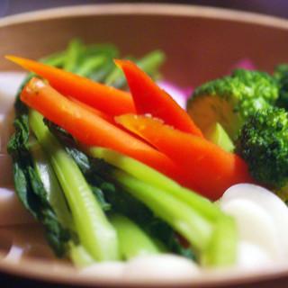 契約農家から毎朝届く野菜の力強い美味に酔う。