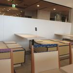 ナナズグリーンティ - 店内は椅子の部分を畳風に仕上げたりして和風テイストを醸し出してあります。