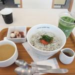 ナナズグリーンティ - フードメニューの中からしらすと明太子のどんぶりを選んでそれに100円足して飲み物を抹茶ラテにランクアップして注文させていただきました。