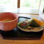 甘味処 山田屋 - 料理写真:お抹茶とお菓子(くず餅・麩まんじゅう・みたらし団子)