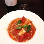 ヴァンヴィーノ - モッツァレラチーズとバジルのトマトソース