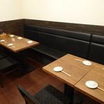 ちゃ味道楽 - ベンチシート テーブルは可動式