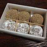 28988941 - 芥子餅とニッキを3個ずつ。