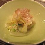 中村孝明 創世店 - 白菜と薄揚げの煮浸し。地味なスタートですが、お出汁に滋味な実力発見。
