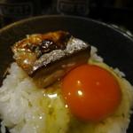 西乃屋 - 卵かけごはんに鯖の塩焼きを載せると美味しい!