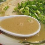博多玉 - オーソドックスだけど、きちんと作られたスープ。 少々のブタブタしさがあって、甘味・タレ・蛋白質度・脂肪分などのバランスが丁度良いです。