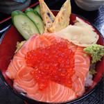 元禄鮨 - ランチタイムの鮭いくら丼 ¥780 コレに小鉢と味噌汁確認付きます!