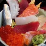 元禄鮨 - ちらし丼の刺身達を広げてみました。