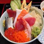 元禄鮨 - ランチタイムのちらし丼 ¥780 コレに小鉢と味噌汁が付きます。