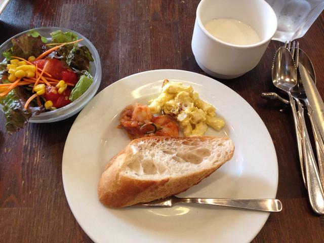 イル・ブルスケッタ - サラダ、じゃがいもとベーコンの冷製スープ、パンとカレー味マカロニ、海老トマト系の一品