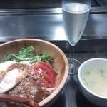 きゅうろく鉄板焼屋 - ロコモコ丼と牛骨スープ