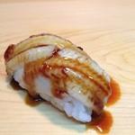 鮨旬美西川 - 長崎対馬産穴子をなるべく醤油の色を付けず独自の手法で柔らかく炊き上げ、ご提供前に更に蒸し込み握る、こだわりの穴子です。