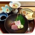 山乃薫 - 最初に小鉢と刺身が出されます。盛り付けもキレイ。
