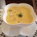 Chien - コースのスープ! 豆乳とかぼちゃのスープと思われる。 しめじ、玉ねぎ、コーンと野菜もたっぷり入っていて、優しいけど満足する一品!