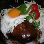 """サムズキッチン - 石焼鍋でアツアツの """"ロコモコ丼""""(サラダ・コーヒーorティー付き)¥1150"""