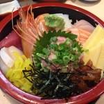 魚ふじ - 「ちらし」の中心には、味噌も美味い芳醇なボタン海老と、自家製ネギトロが鎮座している。熟成ネタは、ねっとり食感で旨味と甘味が凝縮されている。