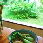 松そば - 沖縄の青々とした植物いっぱいのお庭を眺めながら、絶品のおそばを食べましょう( ´ ▽ ` )ノ