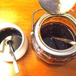 麺食堂 一真亭 - リーブオイルの辣油(左)と辣油(右)は自家製。 「オリーブの辣油は塩拌麺で使用します」とお店の方から説明があり、香りを楽しみながら頂く事ができる。