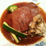 てんしん堂 - 牛タンシチュー ¥1,880(1週間塩漬けした牛タンを、赤ワインとポートワインをベースにしたソースでじっくり煮込んでいます。)