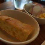 カフェ・ロウライフ - パン、サラダ
