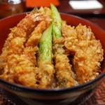 29029947 - 天丼 2,700円(税込) 赤出汁と漬物付き