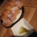 29030345 - アニスのパンなどカラマリ風味のオリーブを付けて