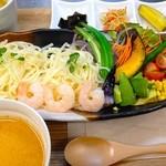 ツナグカフェ - 海老と夏野菜の夏限定!タイカレー風冷やしつけ麺うどんset¥1240