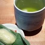 29033226 - 冷緑茶と笹野葉に包まれた和菓子☆