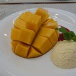 ビストロ ダイア - 完熟マンゴーロマノフスタイル。昼からマンゴーを二分の一個食べられて幸せです。