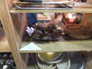 パラダイス アレイ ブレッドカンパニー - パンに描いてる模様もちょっとオシャレ!ランチも出来るようだけど、今日はテイクアウトのみ☆彡 クルミドライフルーツのパン(550円)を購入♪