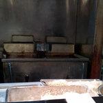 とんかつ 大倉 - 厨房(フライヤーで揚げてます!)