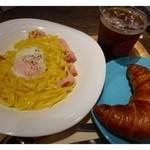 シアトルズ ベスト コーヒー - とろ~り卵のカルボナーラ(600円)・・パスタとクロワッサン又はサラダのセットです。  ドリンクは追加料金150円で付けることができます。