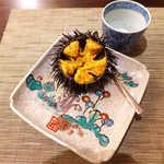旬魚旬菜 仁 - 三陸のガゼウニ(殻付きウニ)を、ミネラル豊富な藻塩で! 旨味濃厚なバウンウニと思われます