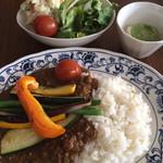 幡ヶ谷CAFE - 今日もお気に入りの幡ヶ谷CAFEでランチ。今日は夏野菜カレー。野菜は適度に熱が加わり食感が良い!カレーも辛過ぎず甘くなく良い。  メニューは今のところハズレ無し!次がとても楽しみだ。